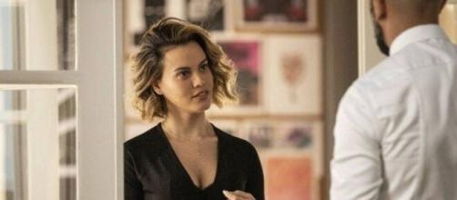 Estela surpreende Álvaro ao chegar no escritório do bandido em 'Amor de Mãe'. (Reprodução/TV Globo)