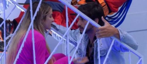 Gabi e Guilherme discutem na área interna. (Reprodução/Globplay)