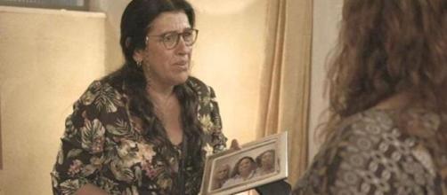 Lurdes acreditará em vidente durante consulta em 'Amor de Mãe'. (Reprodução/TV Globo)