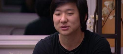 Pyong conversa com brothers durante hipnose no 'BBB20'. (Reprodução/TV Globo)