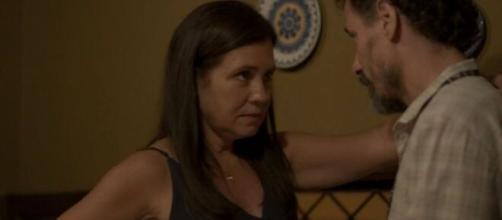 Thelma vai beijar Durval e engatará namoro em 'Amor de Mãe'. (Reprodução/TV Globo)