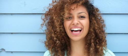 Un cabello con rizos definidos