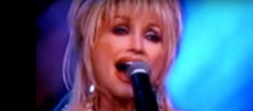 Dolly Parton sings on her stairway and sends words of love and light during the coronavirus siege. [Image Source: CharmedHeartSong/YouTube]