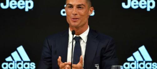 Juventus, Cristiano Ronaldo passeggia per le vie di Funchal con Georgina