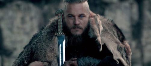 O ator de Ragnar Lothbrok tem 40 anos na atualidade. (Reprodução/History)