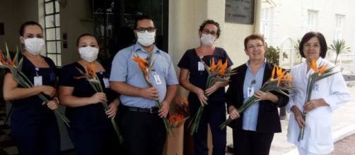 Covid-19: Profissionais da saúde foram surpreendidos por moradores com flores no Hospital. (Hospital São Vicente de Paulo/Divulgação)