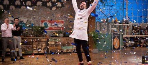 Joshua celebra su victoria en 'Maestros de la Costura' (TVE)