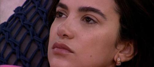 Manu chora do lado externo da casa. (Reprodução/TV Globo)