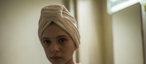 Shira Haas a atriz israelense em cena da minissérie da Netflix 'Nada Ortodoxa' (Foto: Arquivo Blastingnews)