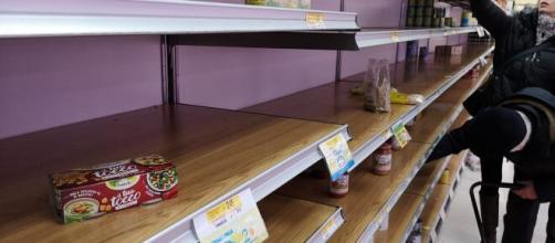 Supermercati vuoti e note audio su WhatsApp: emergenza coronavirus