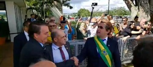 Bolsonaro leva humorista vestido de presidente para oferecer bananas aos jornalistas presentes no local. (Reprodução/ You Tube)