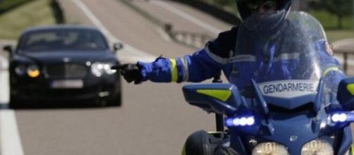 Gendarmerie ils arrêtent un homme en excès de vitesse. Credit Photo : Pixabay