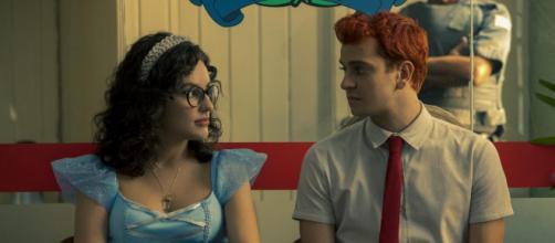 Kéfera e Victor Lamoglia em cena de 'Ninguém Tá Olhando' a série foi cancelada pela Netflix. (Reprodução/ Netflix)