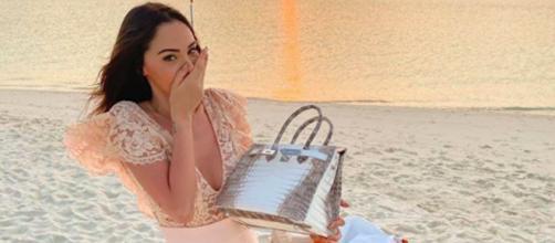 Nabilla se fait clasher sur Twitter par rapport à sa justification pour son sac Hermès. Credit: Instagram/nabilla