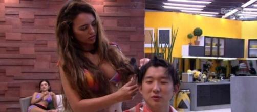 'BBB20': Rafa cortou o cabelo de Pyong no 'BBB20'. (Reprodução/TV Globo)