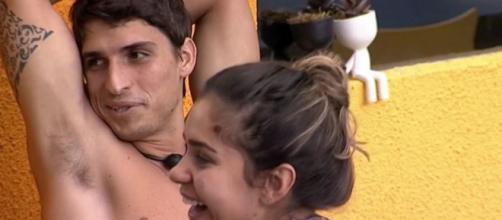Depois do paredão, Felipe Prior e Gizelly Bicalho fazem as pazes durante conversa na xepa do 'BBB20'. (Reprodução/TV Globo)