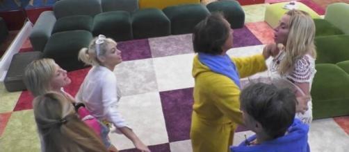 GFVip, alta tensione tra Valeria e Antonella, interviene Denver: 'Stiamo tirando la corda'.