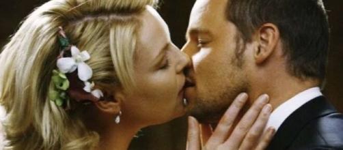 Nel sedicesimo episodio di Grey's Anatomy, Alex Karev svela di aver ricontattato Izzie Stevens per iniziare una nuova storia con lei.