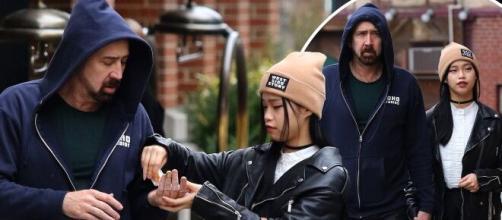 Nicolás Cage y su novia Riko Shibata muy enamorados pasean en Nueva York. - dailymail.co.uk