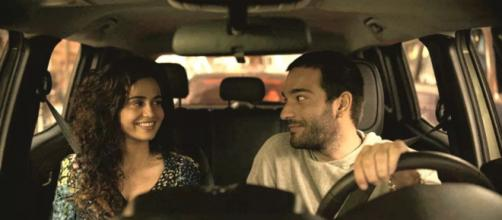 Érica e Sandro não conseguem disfarçar a paixão em 'Amor de Mãe'. (Reprodução/TV Globo)