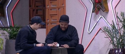Felipe Prior e Babu Santana se vestem igual para ficar de vigia no Big Fone do 'BBB20' após perder prova do líder. (Reprodução/TV Globo)