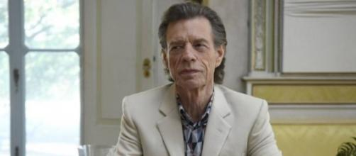 Mick Jagger em cena de 'The Burnt Orange Heresy'. (Arquivo Blasting News)