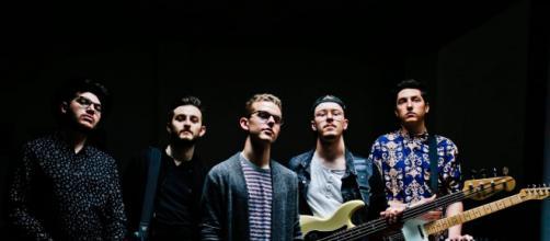 Mons, band torinese indie pop, presenta il primo album 'Non può piovere per sempre'.