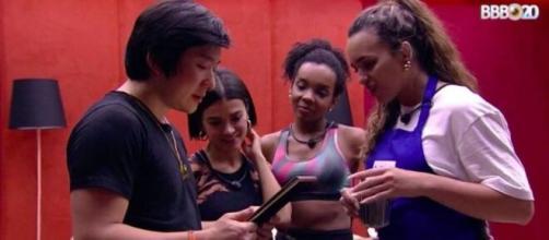 Pyong se emociona ao ver Jake e Sammy em fotos. (Reprodução/TV Globo)