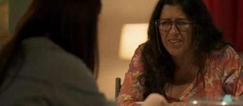 Thelma (Adriana Esteves, de costas) fará Lurdes (Regina Casé) de trouxa em Amor de Mãe. ( Reprodução/TV Globo )