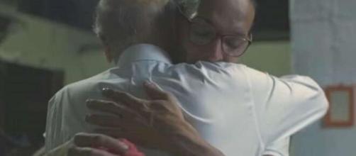 Drauzio Varella abraça a detenta Suzy em reportagem do Fantástico. (Arquivo Blasting News)