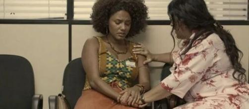 Lurdes consola Camila no corredor do hospital em 'Amor de Mãe'. (Reprodução/TV Globo)
