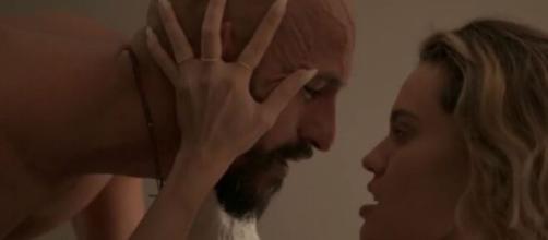 O empresário Álvaro em cena quente com Estela em 'Amor de Mãe'. (Reprodução/TV Globo)