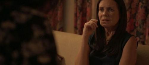 Thelma durante conversa com Lurdes em 'Amor de Mãe'. (Reprodução/TV Globo)