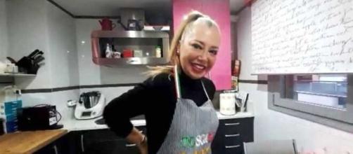 Belén Esteban cocina para 'Salvame' y revela que tiene 12 días sin su marido en casa