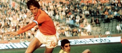 Johan Cruyff in azione con la maglia della nazionale olandese.