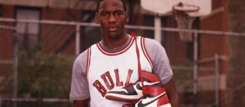 Jordan et sa sneaker (Credit : Twitter officiel Crossover)