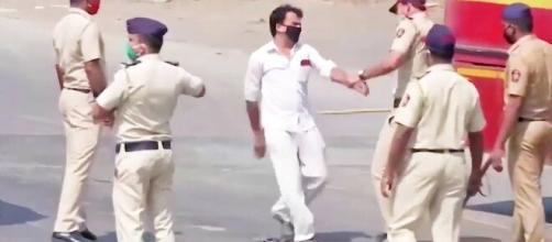 La policía de la India aplica castigos violentos a quienes violan la cuarentena