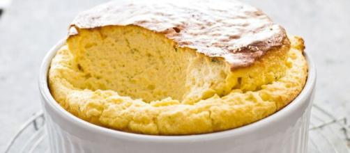 Morbido soufflé alla vaniglia, un dolce francese.