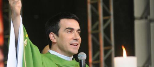 Padre Fábio de Melo durante missa na cidade da fé. (Arquivo Blasting News)