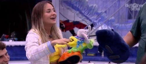 Participantes Gabi e Babu brincam com pantufas de pelúcia. ( Reprodução/TV Globo )