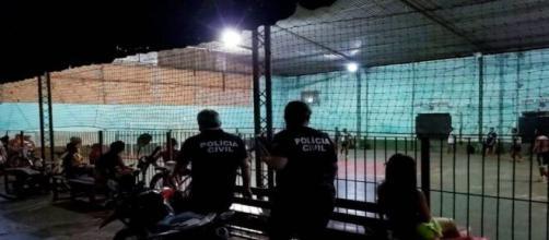 Covid-19: Polícia Civil flagra homens jogando futebol e cancela evento esportivo. (Divulgação/Polícia Civil)