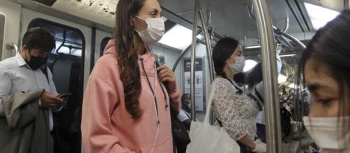 El lunes se entregarán mascarillas a las personas, que viajen en transporte público a sus trabajos. - lanacion.cl