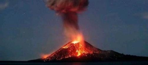 El volcán Krakatoa entra en erupción.
