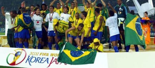 Festa da Seleção Brasileira ao erguer a taça da Copa de 2002. Foto: Arquivo/ Blasting News.