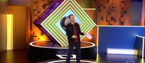 'BBB20': Tiago Leifert executa o passo após exibirem a dança que os brothers fizeram na última festa. (Reprodução/TV Globo).