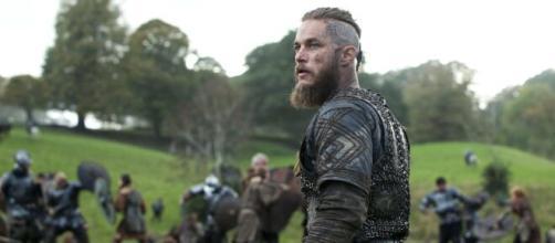 Ragnar é interpretado por Travis Fimmel. (Reprodução/History)
