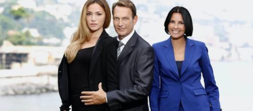 Un posto al sole Greta (Cristina D'Alberto), Roberto (Riccardo Polizzy Carbonelli) e Marina (Nina Soldano)