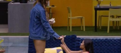 'BBB20': Rafa presenteia Flay antes de cantora deixar a casa. (Reprodução/TV Globo)