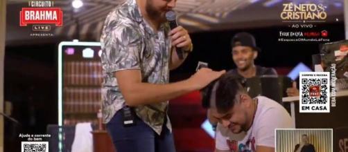 Cristiano raspa cabelo durante live no YouTube. (Reprodução/Redes sociais)