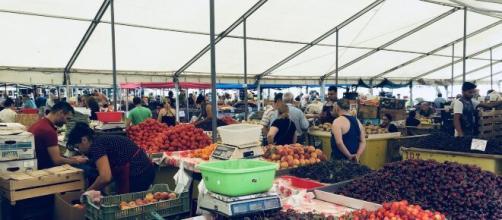 Folle nei mercati della capitale romena nei giorni pre pasquali, anche al tempo del coronavirus.